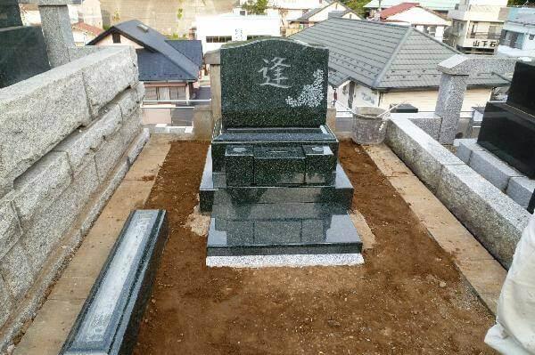 墓誌の土台据付け